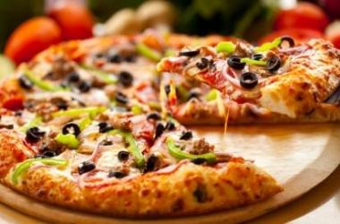 Пицца с курицей и плавленым сыром